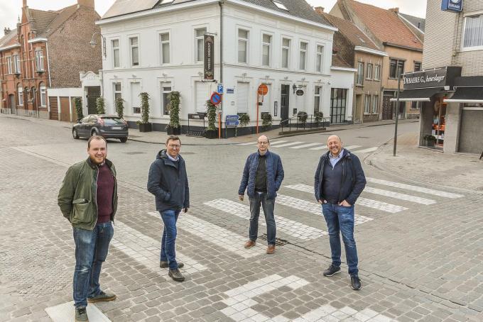 Een delegatie van Unizo aan het kruispunt van de Sint-Medardusstraat en de Magdalenastraat. Je ziet Mathieu Derudder, Patrick Hugo, Bert Pauwelyn en Steve Dejan.© Luc Vanthuyne