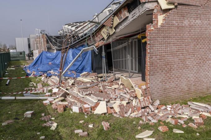 Een muur van het Telenetgebouw in Hof ter Weze in Roeselare stortte woensdagnacht in.© Stefaan Beel