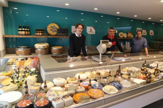 Maxim De Kock, Kris D'Huysser en Matthias Vandamme openden vandaag een nieuwe pop-up kaaswinkel in Ieper.© EF