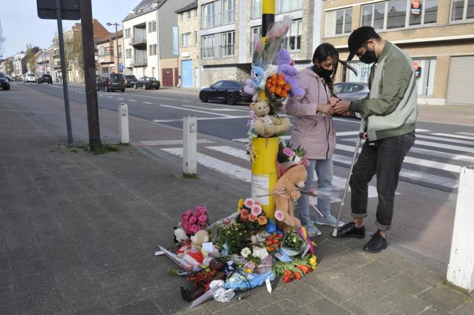 Met bloemen, knuffels en kaarsen tonen velen hun medeleven met de familie van het verongelukte meisje.© IV
