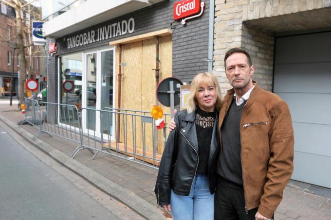 Geert Stragier en zijn vriendin Christine Vannieuwkerke kijken sip: een auto knalde vrijdag tegen de tangobar.©Johan Sabbe