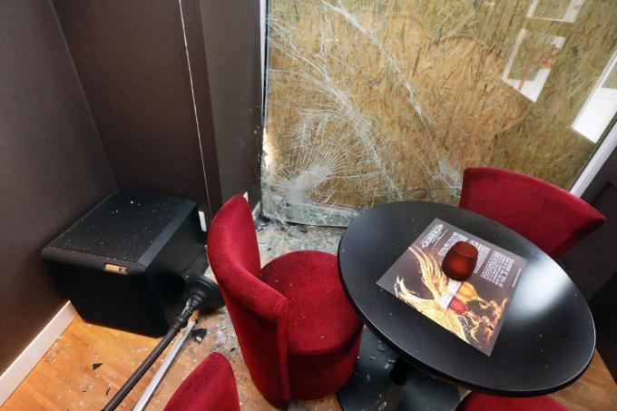 In het interieur is de schade aanzienlijk. Overal glas en een mooie lampenkap kapot.©Johan Sabbe