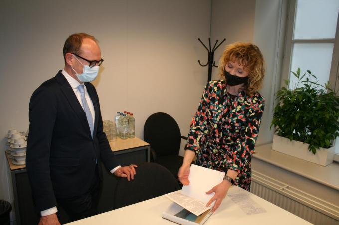 Minister Weyts en directeur Evelien Van Gheluwe.© gf