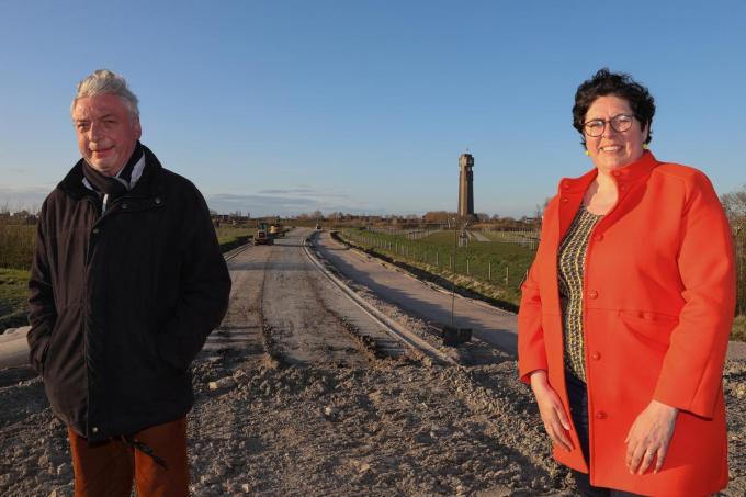 Schepen van Ruimtelijke Ordening Marc Deprez en burgemeester Lies Laridon bij de werken voor de brug over de IJzer. (foto MG)