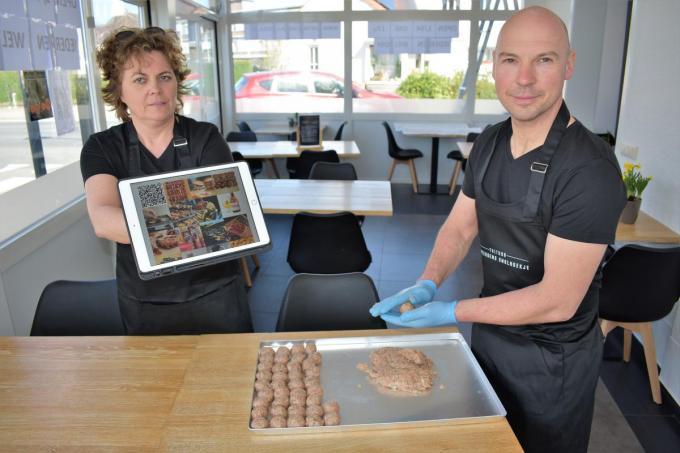 Inge Declerck en Alain Brabant maken met de Boulain een ambachtelijke bouletbrochet. (foto TVW)©TOM VAN HOUTTE
