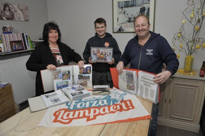 Christine Spillebeen, Gilles en Andy Vroman bij enkele van de plakboeken. De Forza Lampaert-vlag mag ook niet ontbreken.©FODI