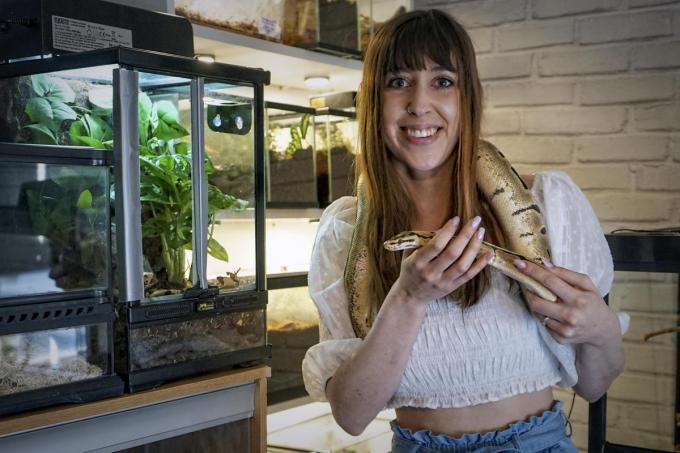 Paidge met een van haar slangen.© CLL
