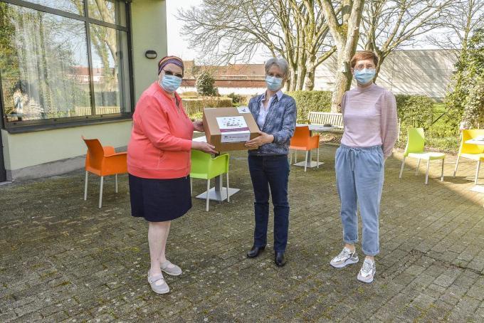 Een doos vol herinneringen. We zien Annie Verhaeghe, Vivianne Soetewy en verantwoordelijke Ilse Casteleyn.©Luc Vanthuyne