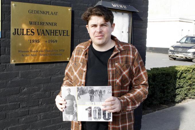 Dylan Casteleyn met zijn boek aan de gedenkplaat Jules Vanhevel aan restaurant De Engel, destijds uitgebaat door diens schoonbroer Robert Maeckelbergh en vandaag nog altijd in de familie.© Foto Coghe