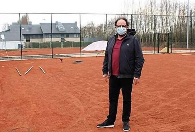 Schepen Pascal Sticker op de vernieuwde tennisvelden.© MVO
