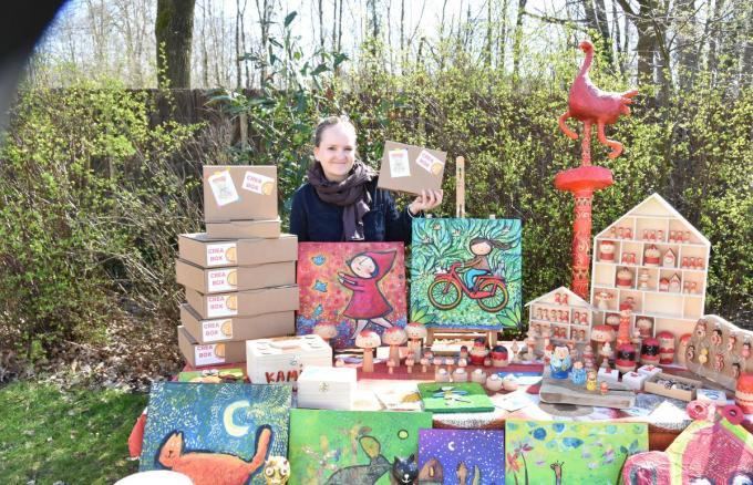 Charlotte Schelfthout tussen heel wat gepersonaliseerde geschenken en objecten die ze allemaal zelf vervaardigt.© Nele