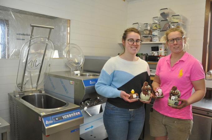 Ann-Lies en Ann-Sophie met enkele van hun paasijcreaties in het atelier waar het hoeve-ijs wordt bereid.© KVCL