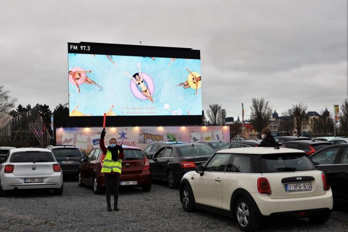 De drive-inbioscoop van Kinepolis in Plopsaland De Panne is meteen een succes.© foto MVQ