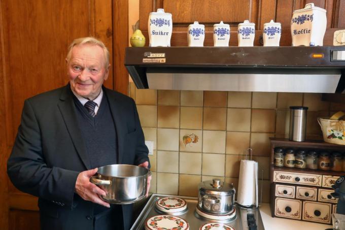 """Norbert De Cuyper: """"Ik kan een ei bakken en koffie zetten. Maar voor de rest reken ik volledig op mijn vrouw in de keuken.""""©Johan Sabbe"""