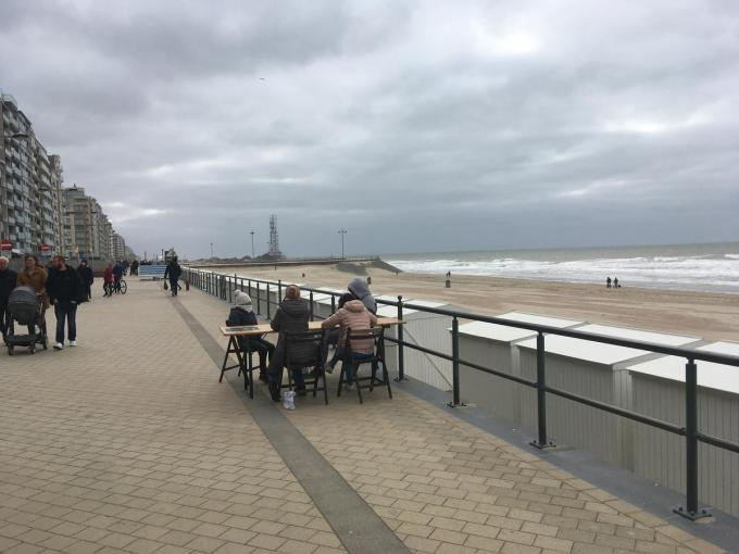 Een aantal enkelingen trotseerde weer en wind en verorberde de take-away frietjes of broodjes met zicht op zee.© foto LC