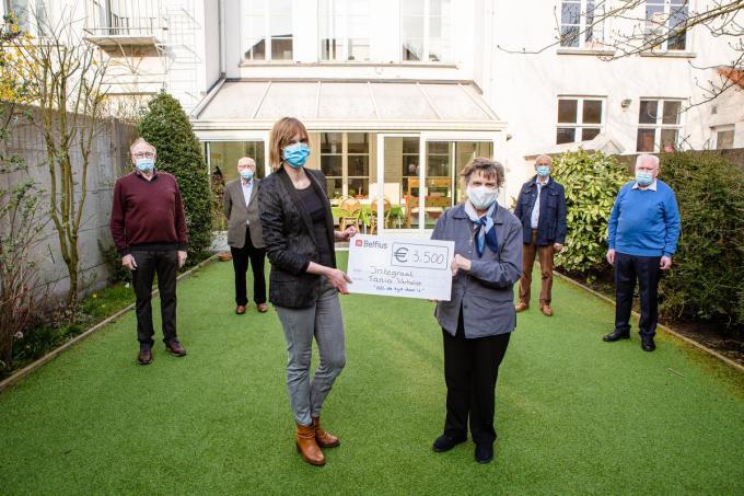 Tania Verhelst schonk 3.500 euro aan de vzw Integraal.© Davy Coghe