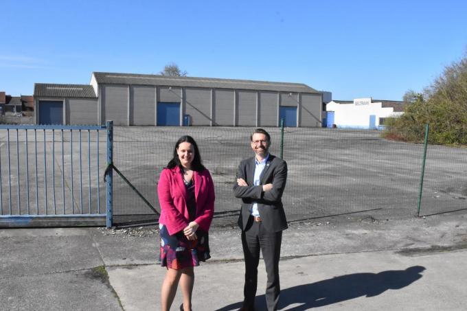 Voorzitter van de raad van bestuur van Zorgbedrijf Harelbeke Lynn Callewaert en algemeen directeur Gerdy Haes bij de Beltrami-site.© (foto LOO)