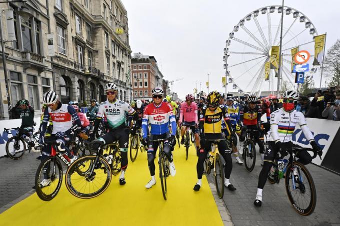 Jasper Stuyven (Trek-Segafredo), Peter Sagan (Bora-Hansgrohe), Mathieu van der Poel (Alpecin-Fenix), Wout Van Aert (Team Jumbo-Visma) en Julian Alaphilippe (Deceuninck - Quick-Step) voor de start van de 105ste editie van de 'Ronde van Vlaanderen'.©DIRK WAEM BELGA