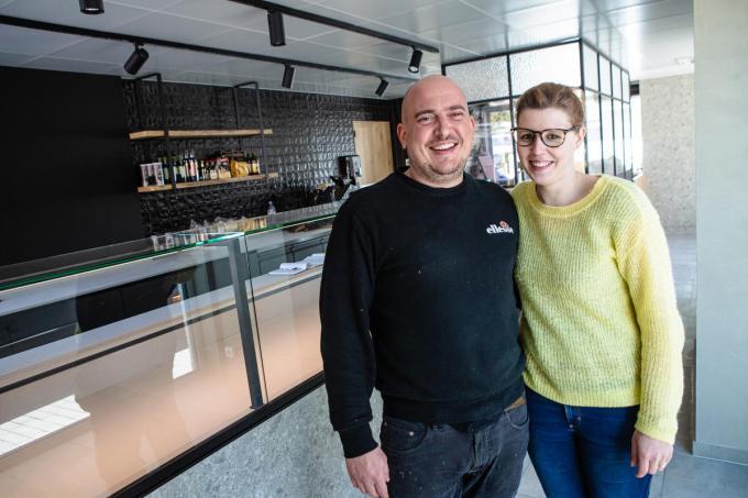 Nik Van Belle en Melissa Devoghel voorzien Sint-Andries binnenkort van diverse lekkere, verse maaltijden in JE Eetwinkel. (foto Davy Coghe)© Davy Coghe
