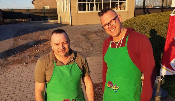 Benoit Declercq en Gunther Vervaeke voor de frituur 'Happy Friet' (foto GV)