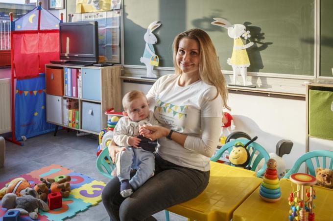Lindsay Coppens, op de foto met zoontje Mathieu Verschraeghe, opent half augustus de deuren van kinderdagverblijf 't Kortwagentje. (foto JS)© Jan Stragier