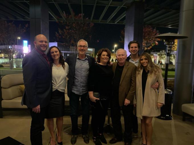 De familie Buyse in Dallas met zoon en zijn echtgenote Brittany, Filip met echtgenote Carey, de pa van Carey, jongste zoon Brent en zijn vriendin Camila. (gf)