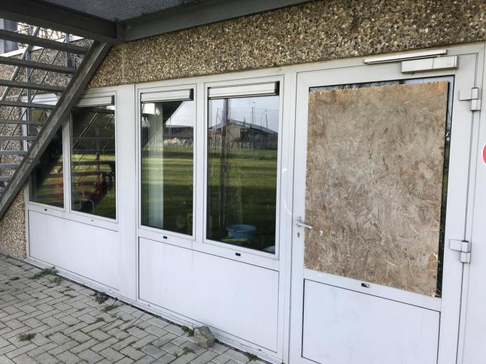 De deur van het lokaal kon nog niet meteen hersteld worden.© JH