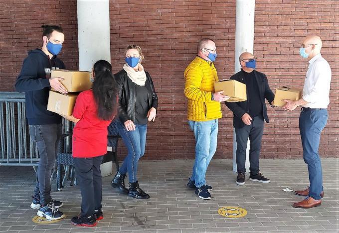 Team van Vlaams Belang Diksmuide bezorgde de bewoners van WZC Yserheem een paasattentie.© (Foto MVQ)