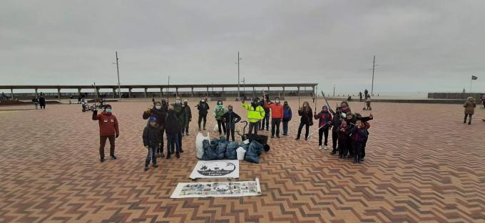 Deze vrijwilligers ruimden op paaszondag afval op het strand.© MP