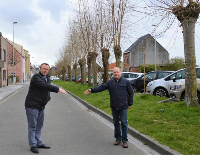 Schepen Sandy Buysschaert en Ivan De Clerck van Bescherm Bomen en Natuur reiken elkaar symbolisch de hand.©WK