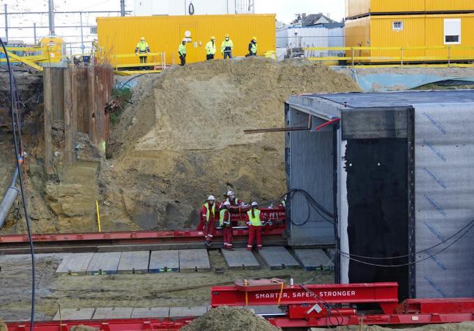 Een gespecialiseerde Nederlandse firma stond in voor het verplaatsen van de tunnel.© AN