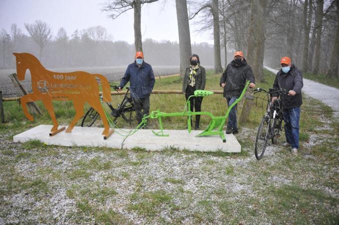 V.l.n.r.: Eric Vermander, Goele Brouckaert, Geert Rommelaere en Eric Lannoo bij het kunstwerk.