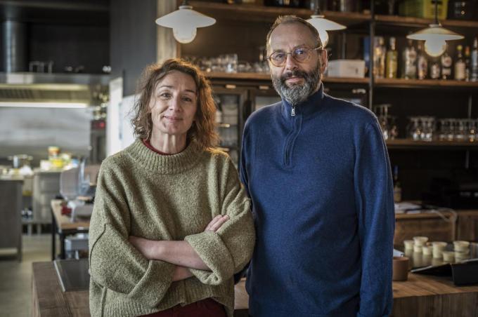 """Anje en Luc baten sinds drie jaar Mooma uit: """"We hebben bewust gekozen voor een kleinschalig, gezellig restaurant"""", klinkt het.© Stefaan Beel"""