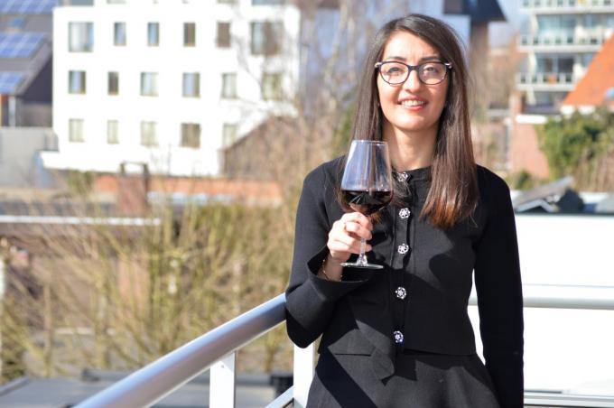 Barin Dinzad ontdekte haar liefde voor wijn in bistro De Vier Seizoenen in Oekene. (foto AD)©Arjan Desante;ADSR