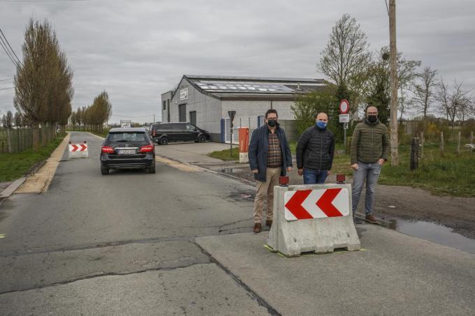 Burgemeester Ward Vergote, Didier Reynaert en schepen Jurgen Deceuninck in de Kasteelstraat. (foto JS)© Jan Stragier