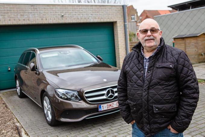 Jan Van Maele bij zijn oude diesel.© Davy Coghe