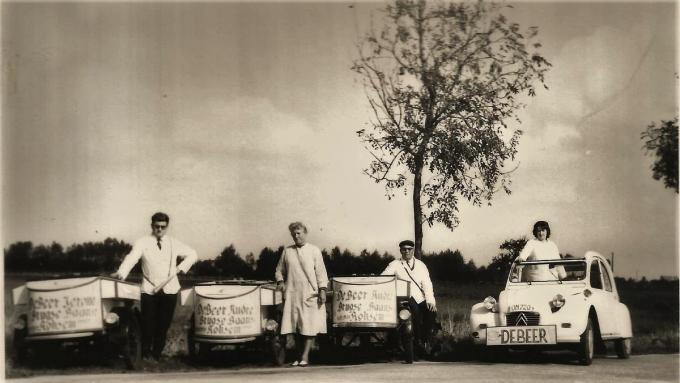 In de jaren zestig van de vorige eeuw kwamen Jerome Debeer (links) en zijn echtgenote Monique Dhondt (uiterst rechts) in de zaak. Samen met de ouders van Jerome, Yvonne en André, brachten ze vanaf dan de ijsjes aan de man.© repro LIN