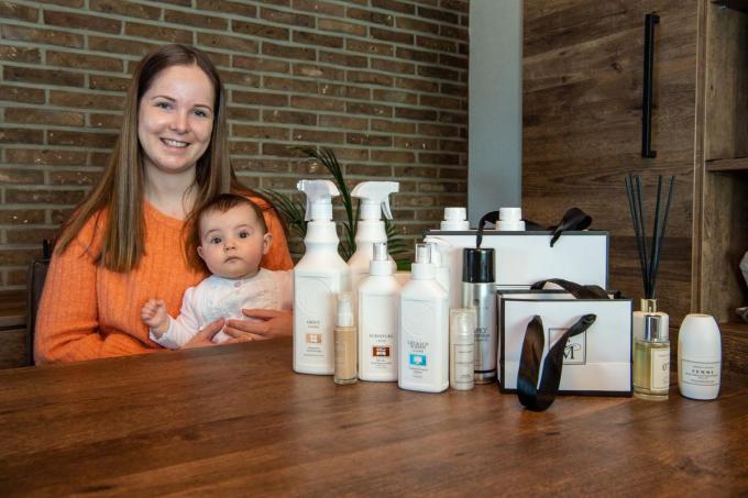 Yasmine Dubaere met haar dochter Cilou en enkele producten.© Frank Meurisse