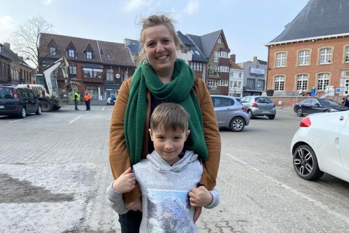 Vicky Ballière en zoon Wolf: met een ijsje verdwijnt de angst voor de coronatest.© KVdm
