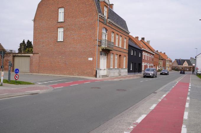 Wie de Spoorweglaan verlaat heeft nauwelijks zicht op het verkeer komende van links, zijnde van de Randweg.© (Foto LB)