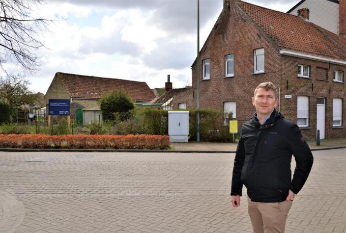 Servaas Sierens van Leefbaar Varsenare aan het bewuste punt op de Oude Dorpsweg.© WK