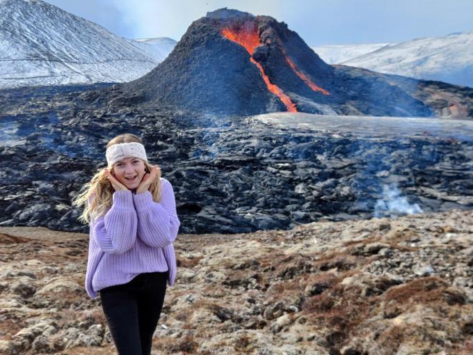 """Lien aan de Fagradalsfjall, de vulkaan die op 19 maart lava begon te spuwen: """"Ik moest mezelf even knijpen.""""© gf"""