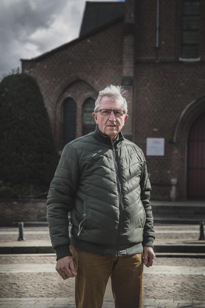"""Jacques Durnez, voorzitter van Okra in Bissegem: """"Nu speel ik zelf een beetje bank. Soms krijg ik enveloppes met cash geld in met de vraag om hun overschrijvingen te regelen. Dat kan niet de bedoeling zijn.""""© Olaf Verhaeghe"""