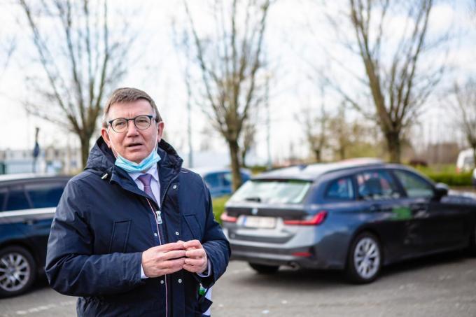 Hans Maertens van Voka op de snelwegparking in Jabbeke.© Davy Coghe
