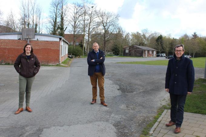 Gemeenteraadslid Margot Desmet die in de chirogroep Centrum actief was, Jo Neirynck en Rik Soens met op de achtergrond twee van de drie lokalen die worden gesloopt.© DJW