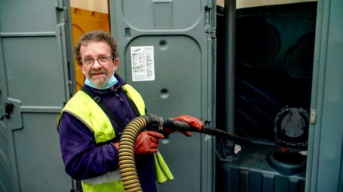 Een beeld uit 'De Vuilste Jobs van Vlaanderen': Willy moet de toiletten op de Transportzone schoonmaken.© foto VTM