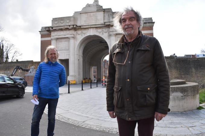 Piet Lesage en achteraan penningmeester Jan Steen. Op de achtergrond zien we de Menenpoort, hét symbool voor de link tussen Ieper en de Britten.© TOGH