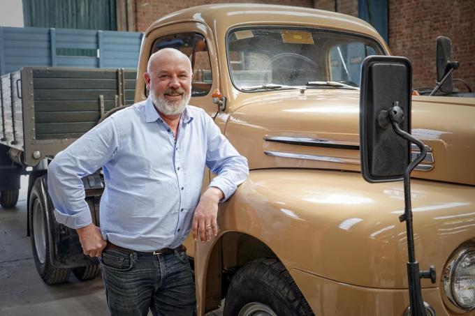 Een glunderende Maxime Verpoort bij de opgeknapte truck.© CLL