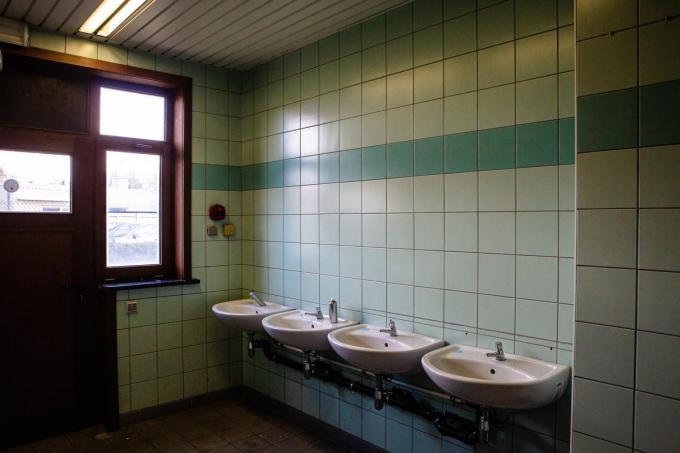 Per woonblok zijn er gezamenlijke sanitaire units ingericht.© Davy Coghe
