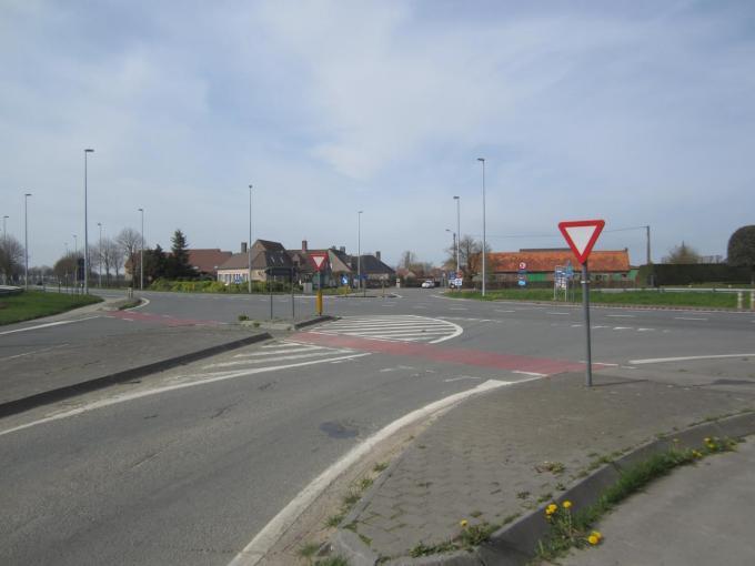 Op de N37 komen twee middeneilanden zodat fietsers veiliger kunnen oversteken.© RV